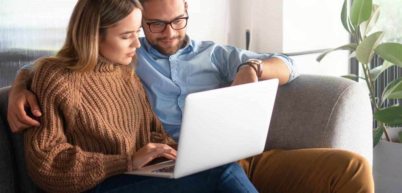 Kvinna och man som jämför kreditkort